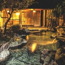 夜灯りのもとやわらかい雰囲気に包まれる露天風呂