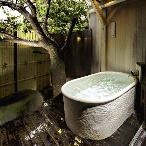 木漏れ日*光差す陶器風呂と桜の木