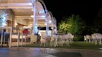 宴会場「ウォーターフォール」庭園を一望できる明るい空間