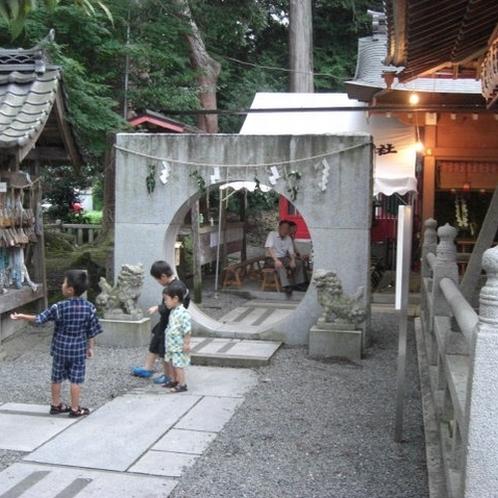 ▲稗田野神社 石の環くぐり