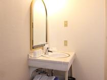 《洗面台》ツイン・トリプルルーム 3名様のお部屋も洗面が独立していて使いやすいです。