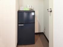 (部屋-フォースルーム)大きな冷蔵庫を完備しております。