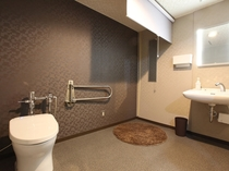 (多目的トイレ)お着替えにも便利なスペースとなっております。