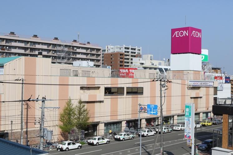 《周辺》目の前にイオン、その他周辺に飲食店やコンビニが多数あります