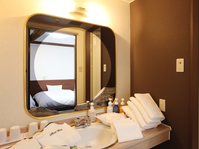 (部屋-フォースルーム 洗面台)独立した広い洗面です。