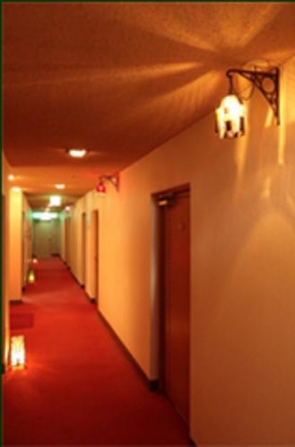 各フロアに灯るベネティアングラスのランプ