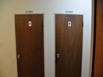 お手洗いはお部屋の近くにございます。