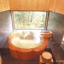 客室「一穂庵」内風呂 桧の丸太風呂で至福のときを…
