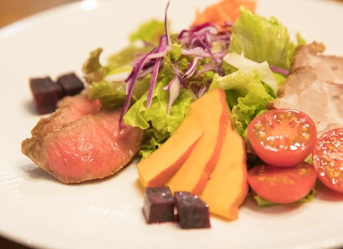 野菜たっぷりお肉のオードブルサラダ