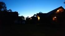 日暮れのログハウス