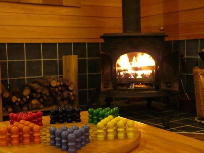 薪ストーブの炎が揺れるプレイルーム