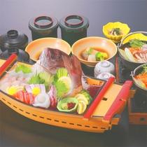 <舟盛りは通常・ほか控えめ>夕は鯛の舟盛り&ミニ御膳です^^