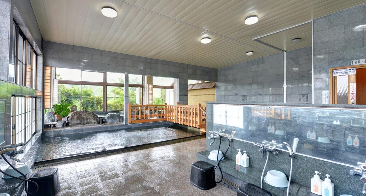 *大浴場/弱アルカリ性の100%源泉かけ流し湯。治癒力に優れた温泉で鋭気を養いましょう。