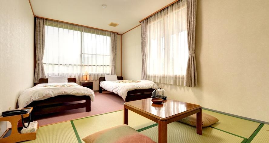 *和洋室(客室一例)/和と洋、両方の良さを味わえるお部屋。清潔にしつらえられたベッドで安眠の夜を。