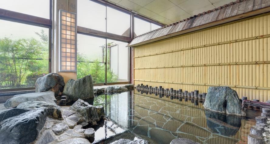 *岩風呂/温かい湯船に浸かりながら、自然のぬくもりに心癒されるひと時を。