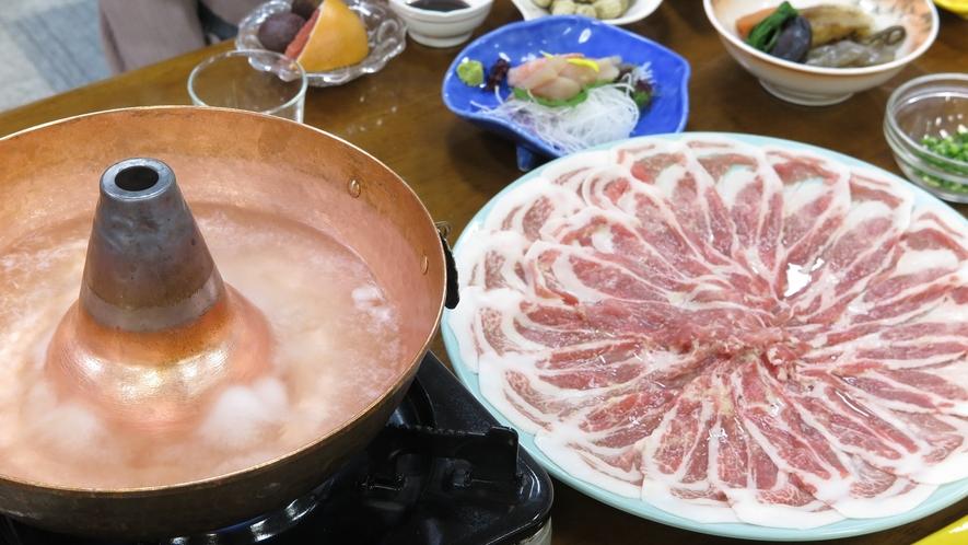 """*人気の地酒「八海山」を贅沢に1本/4合瓶を使用した""""幻想鍋"""""""