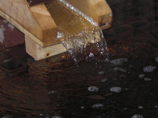 田園の温泉源から湧出するモール温泉