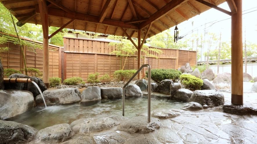 自生樹と自然石にかこまれた露天風呂