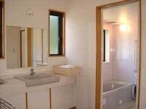 お風呂とトイレは、別にあります。トイレはオシュレット付きです。