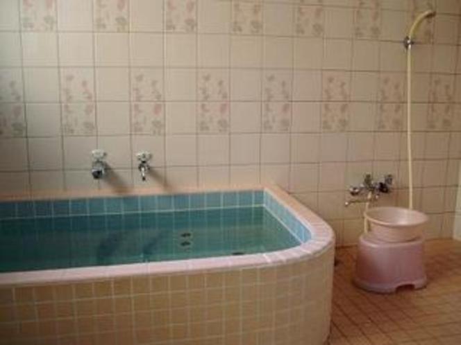 昭和タイルのお風呂・小さめですがサッパリ汗を流せます。