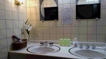 洗面所には、ドライヤー・カミソリ・シェイビングフォーム・乳液を置いてあります