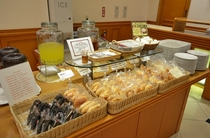 朝食パン・おにぎり 種類は日替わりでご用意しています♪