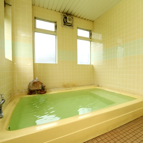 ゆったりくつろげるお風呂。早朝のご利用もできます。