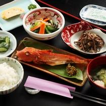 「朝食」美味しいお米と焼き魚を中心としたシンプルな和朝食です。