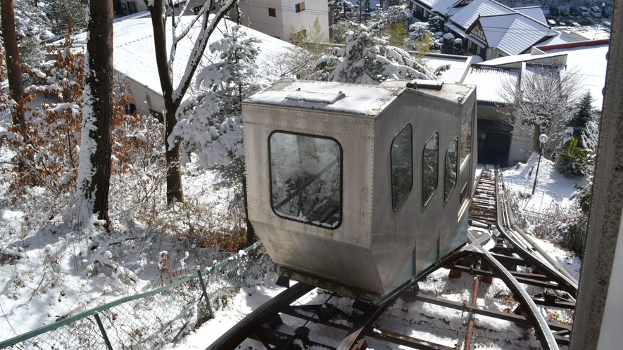 【常盤館名物「登山電車」】動いている時の様子(降雪時)