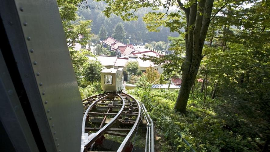 【常盤館名物「登山電車」】動いている時の様子(2機交差ポイントへ)