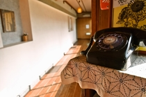 内線は昔ながらの黒電話