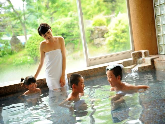 家族みんなで入ってても広々な貸切風呂。