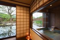 【離れ】客室内から露天風呂と庭を望む!