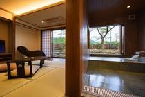 【離れ】脱衣場から客室と露天風呂を望む!