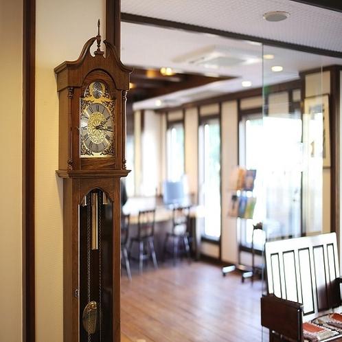 ◇1F ロビー 大きな振り子時計がございます☆彡