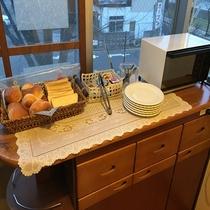 ◆4種類のパン (トースターもございます。ジャムとマーガリンでどうぞ)
