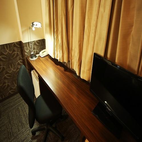 ◆客室デスク 広々としたデスクに背もたれ付きの椅子を設置。お仕事、お勉強にもピッタリ☆彡