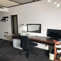 ◆客室一例 室内(洋室)にはデスクミラーのほか姿見鏡もございます。