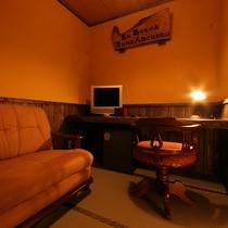 【ななかまど】半露天風呂付客室の談話室にはゆったりとしたソファーあり