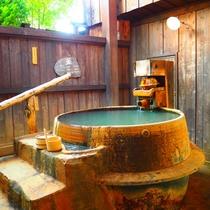 【離れの貸切風呂「釜」】露天風呂はそのまま釜にお入りください。