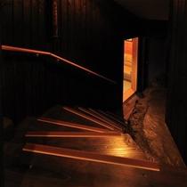 【もみじ】露天たる風呂付客室のお風呂へは階段で降りていきます。