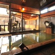 【女性大浴場】内湯と奥に併設の露天風呂があります。