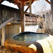 【離れの貸切風呂「石」】一つの巨石をくりぬいて作られた露天風呂です。