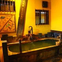 【離れの貸切風呂「れとろ」】お風呂はもちろん源泉かけ流しのにごり湯です!