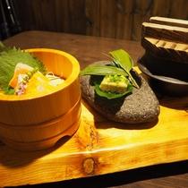 ある日のご夕食一例(お風呂の浴槽にちなんだ「樽」「石」「釜」の器で)