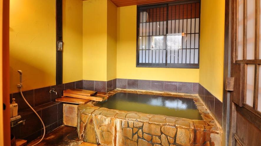 【ななかまど】半露天風呂付客室の半露天風呂(源泉かけ流し)