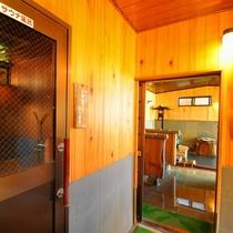 【男性大浴場】お風呂に入ると左手にサウナ、正面に内湯と洗い場、右手に露天があります。