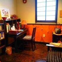 【館内】2階の談話室、読書コーナー