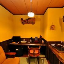 【ななかまど】半露天風呂付客室の談話室(洗面や冷蔵庫あり)