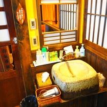 【ななかまど】半露天風呂付客室の湯上り処の洗面